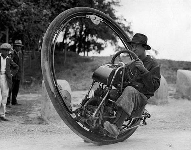 Single wheel motorcyle